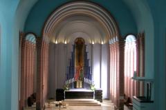 Altarraum, links und rechts fünf Pfeiler